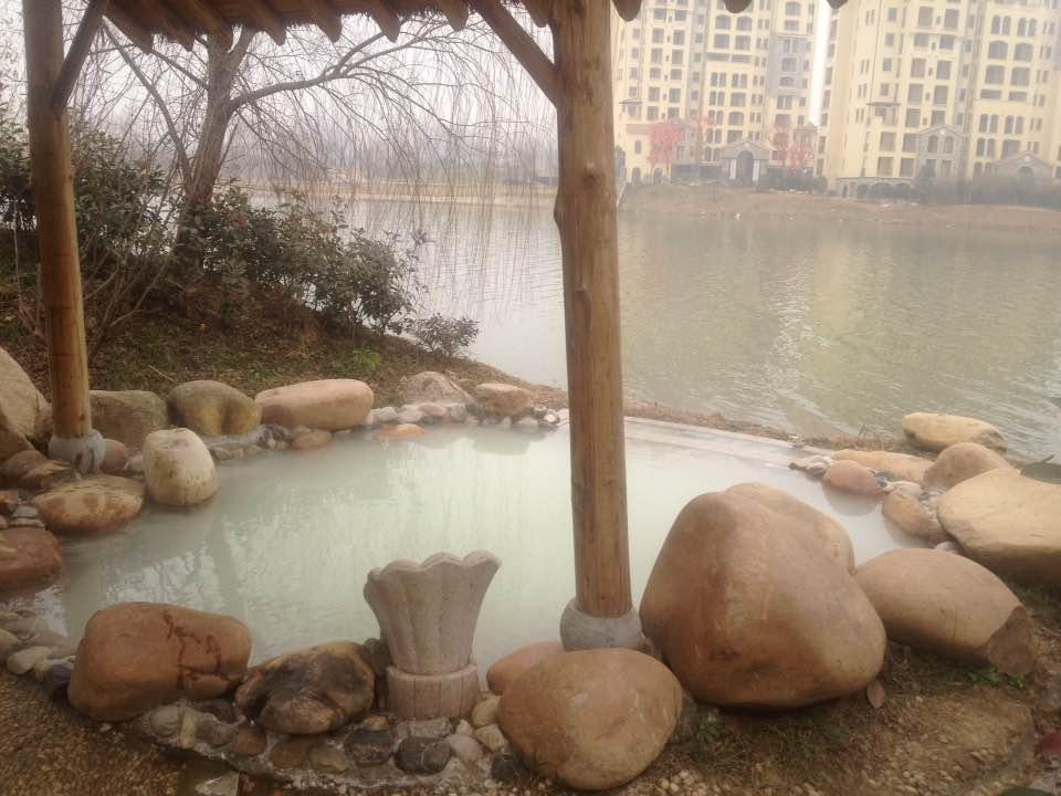 温泉牛奶泡池